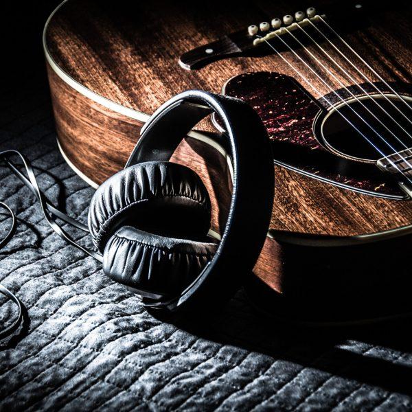 the-lovely-guitar_t20_b4L7Z6